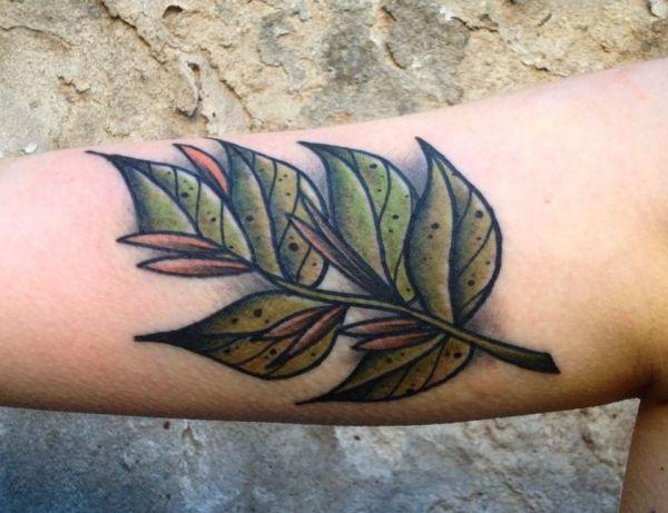 Realistisch Blätt Tattoo Design am Oberarm Grün