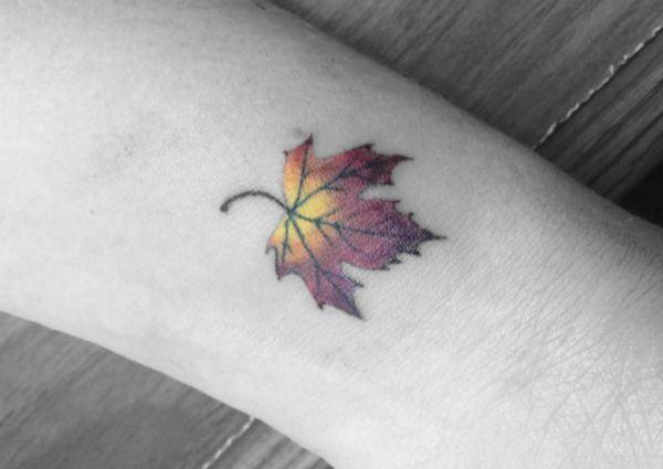 Kleiner Gelbe Blätt Tattoo am Handgelenk