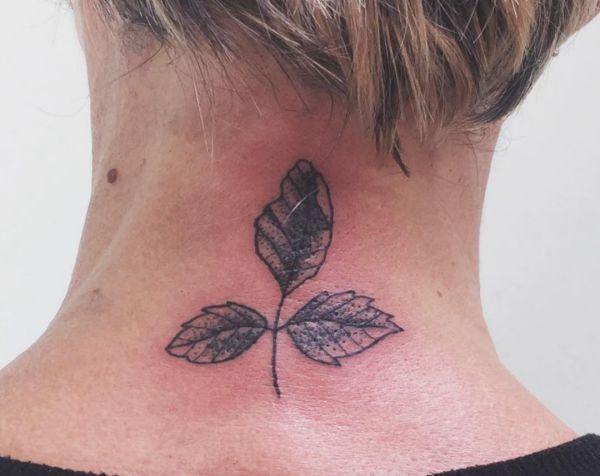 Blätt Tattoo um den Hals