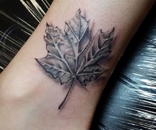 3D Blätt Tattoo am Knöchel