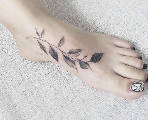 Blätter Tattoo Design am Fuß für Frauen