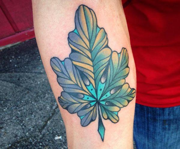 Blätt Tattoo am Unterarm Blau und Grün der Männer