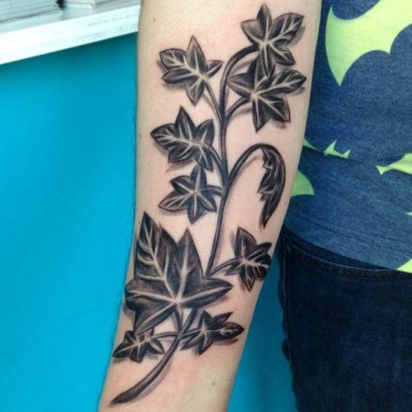 Efeu Tattoo Design am Unterarm Schwarz