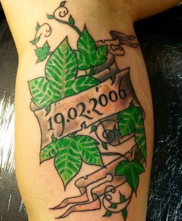 Efeu Tattoo Design mit Banderole und Datum