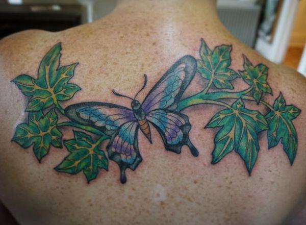 Efeu Tattoo Design mit Schmetterling am Rücken