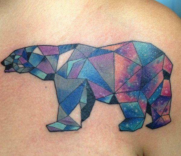 Bunte Origami Eisbär Tattoo am Brust