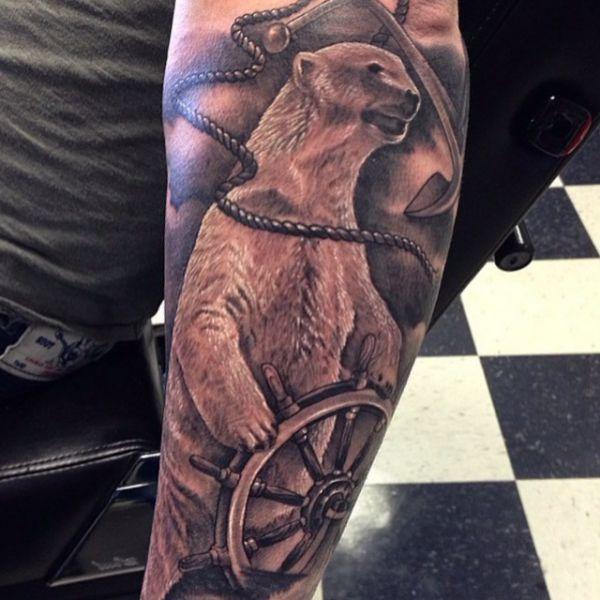 Eisbär mit Schiffs-Rad Tattoo Design auf dem Arm