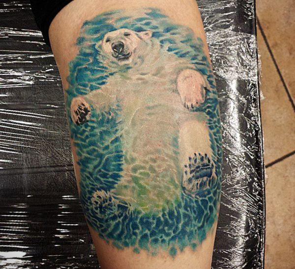 Eisbär beim Baden Tattoo Design auf der Bein