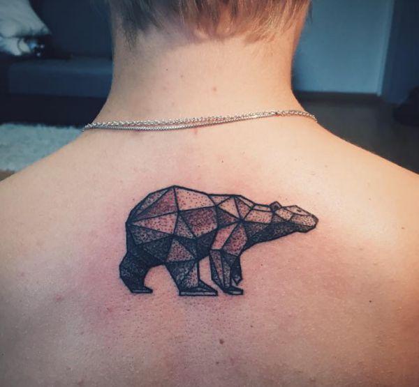 Origami Eisbär Tattoo im Nacken