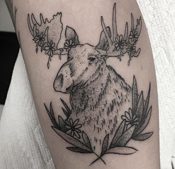 Elch Tattoo Design mit Blumen auf der Bein
