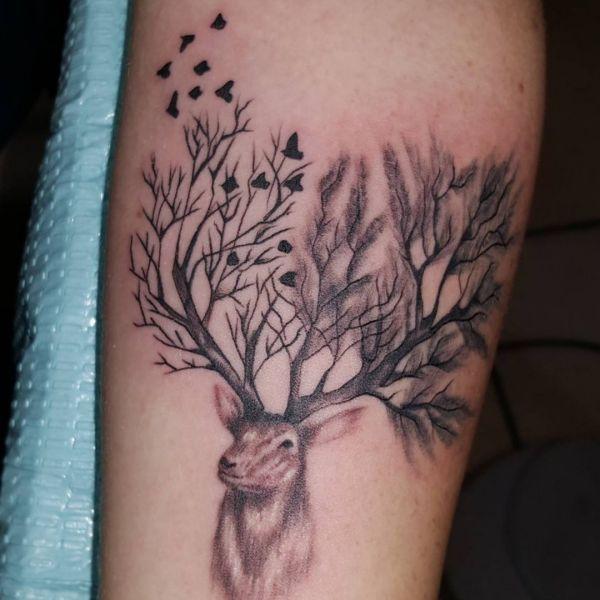 Abstract Elch Zweige des Baumes Design auf dem Arm