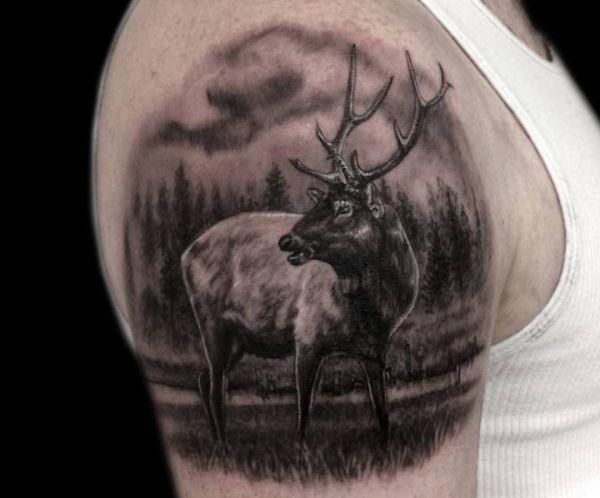 Tattoo Elch Design Schwarz am Oberarm