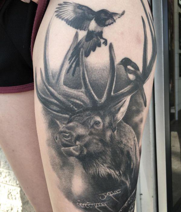 Tattoo Elch mit Elster Design Schwarz am Oberschenkel
