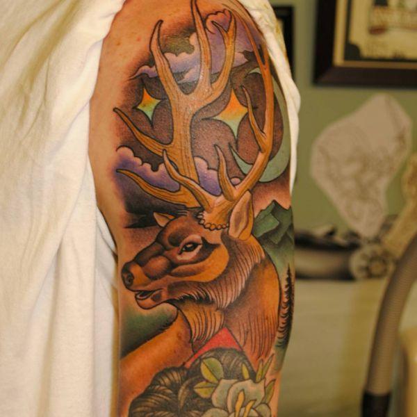 Tattoo Elch Design am Oberarm