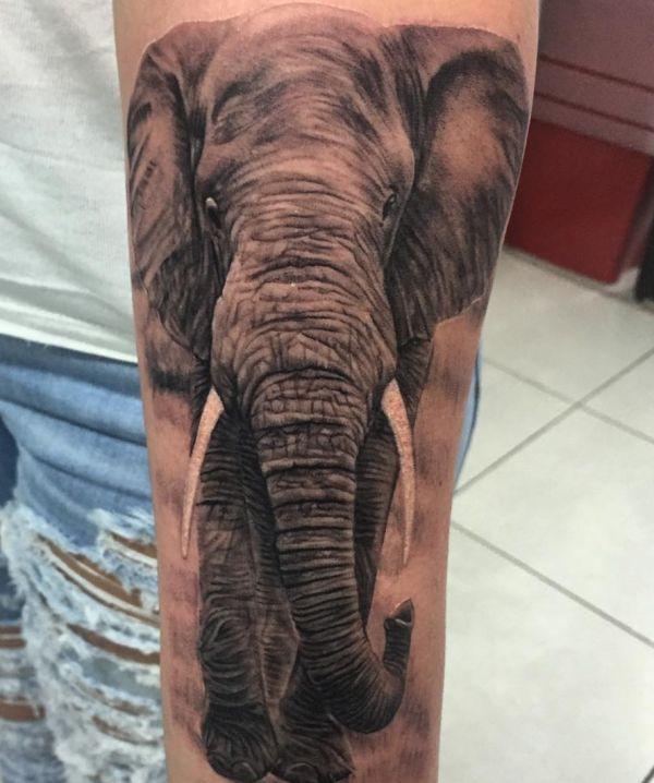 Elefanten Realistisch Tattoo Design auf der Bein