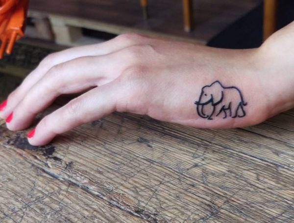 Kleiner Elefanten Tattoo auf der Hand Seite