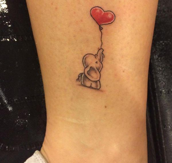 Kleiner süße Elefanten mit Herz Ballon Tattoo am Unterschenkel