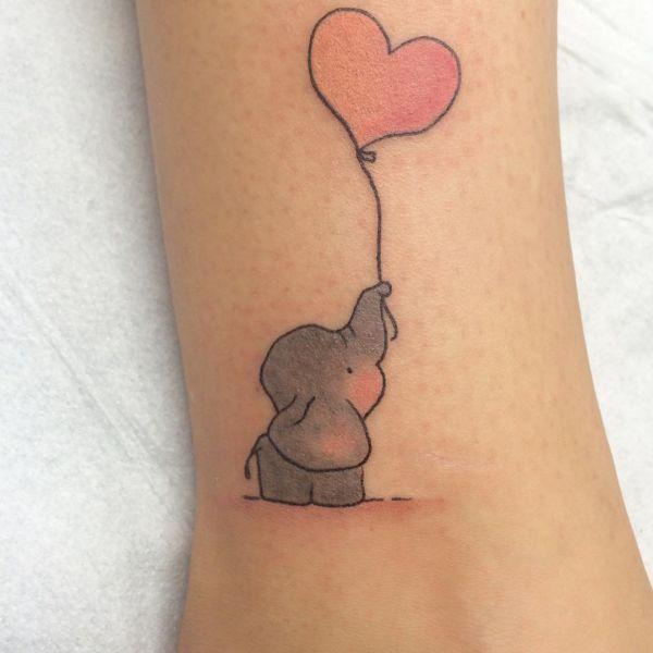 Kleiner süße Elefanten Tattoo mit Herz Ballon auf der Bein