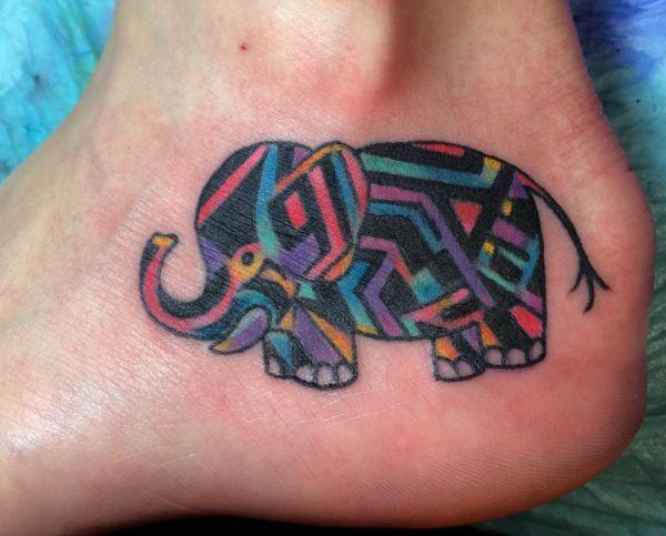 Bunte Elefanten Design am Knöchel