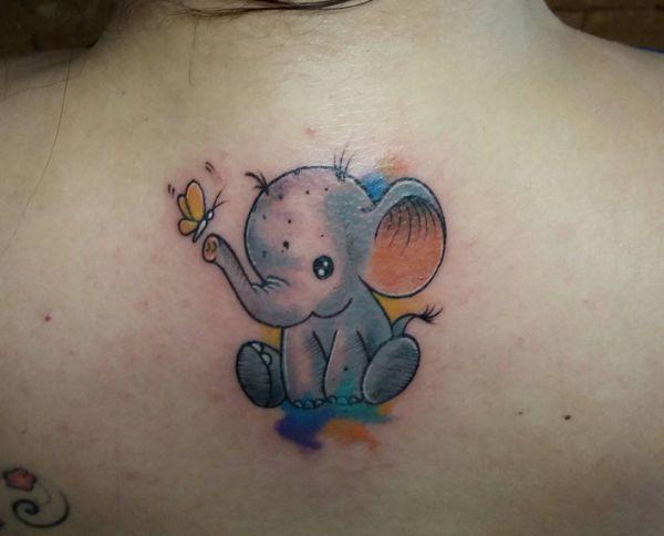 Kleiner Elefanten mit Schmetterling Design am Rücken