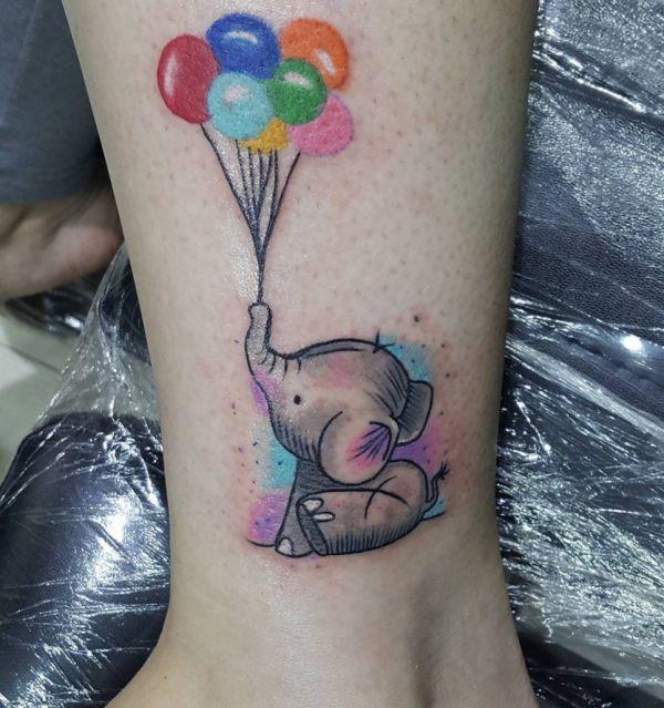 Bunte Elefanten Tattoo mit Ballon am Unterschenkel
