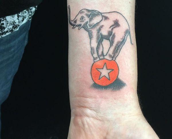 Elefanten im Zirkus Tattoo Design am Handgelenk
