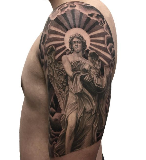 Schutzengel Tattoo Design am Oberarm