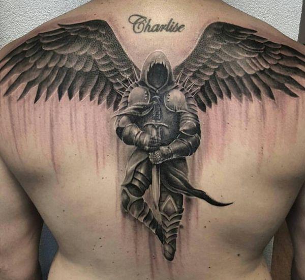Engel mit Schwert Tattoo am Rücken