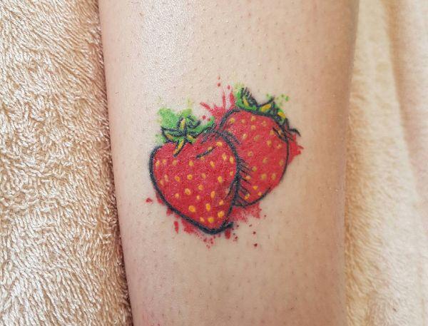 15 schöne Erdbeere Tattoos und ihre Bedeutungen