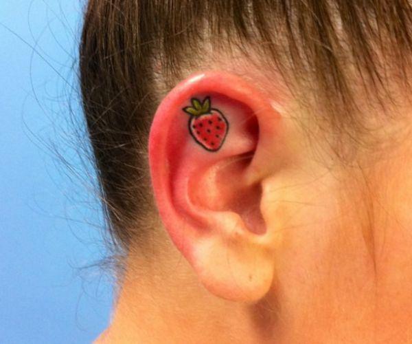 Tattoo Erdbeere Design im Ohr