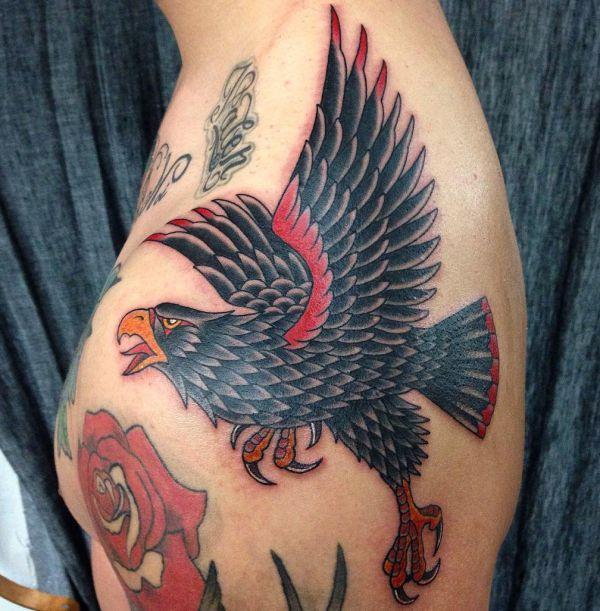 Falken Tattoos am Schulterblatt für Männer