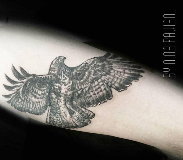 Falke Tattoo Design am Unterarm Innerseite