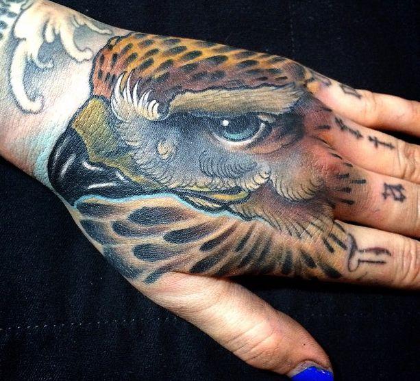 Falke Tattoo auf Hand