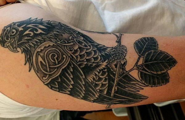 Tribal Falke Tattoo am Oberarm