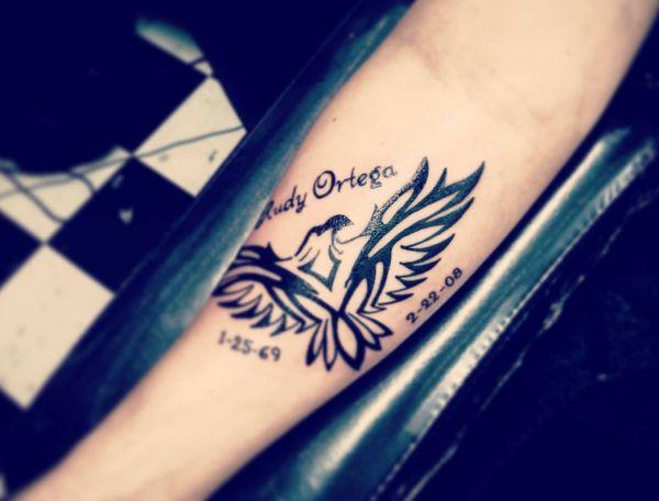 Tribal Falke Tattoo mit Namen am Unterarm Innerseite