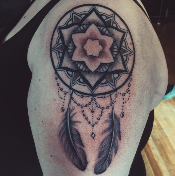 Feder Tattoo Mandala am Oberarm