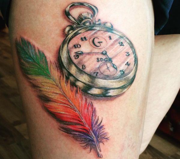 Bunte Tattoo Feder mit Taschenuhr am Oberschenkel