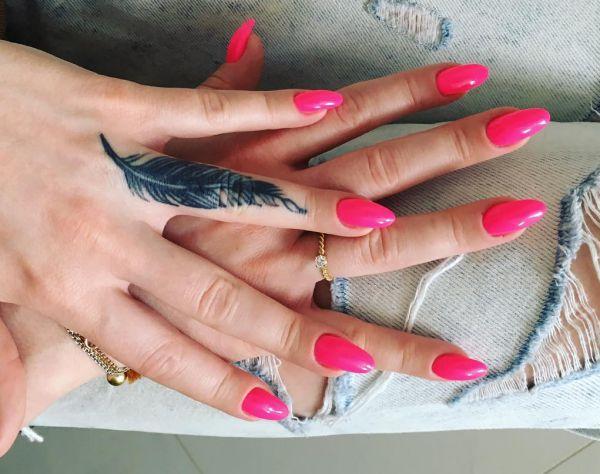 Feder Tattoo auf Finger für Frau