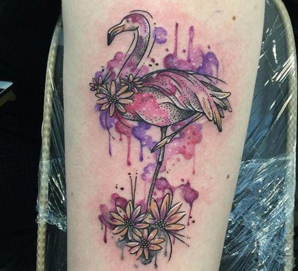 Aquarell Flamingo Tattoo mit Blumen für das Bein