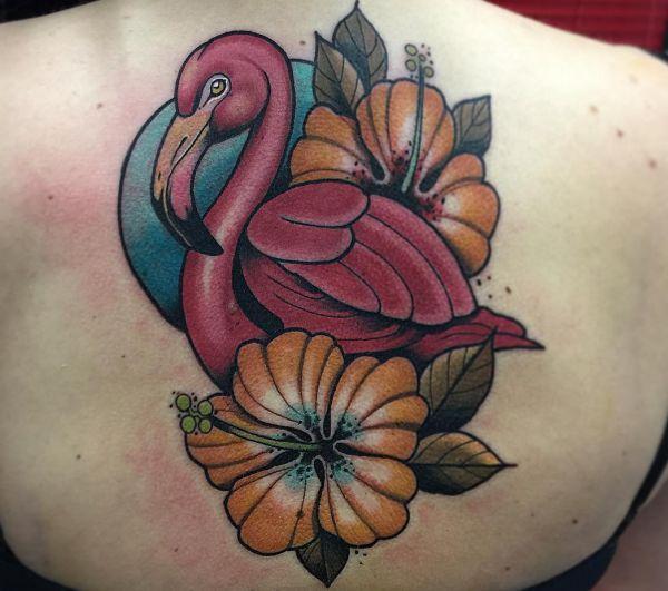 Flamingo Tattoo mit Blumen am Rücken Frau
