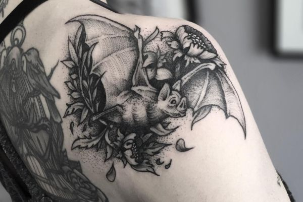 Fledermaus Tattoo Motive am Schulterblatt