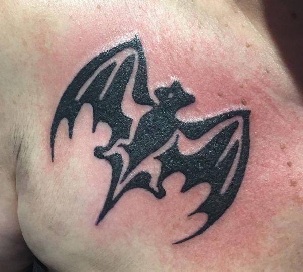 Bacardi Fledermaus Tattoo auf Brust