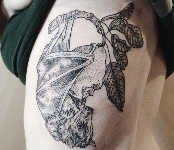 Fledermaus Tattoo Bilder am Oberschenkel