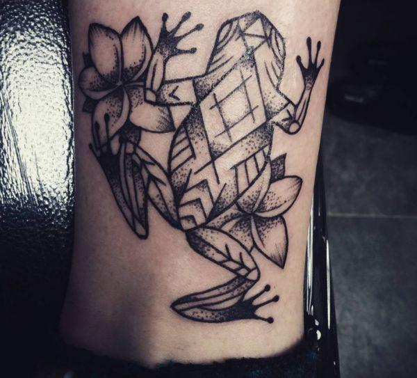 Tattoo Frosch mit Blumen Design Schwarz und weiß am Knöchel