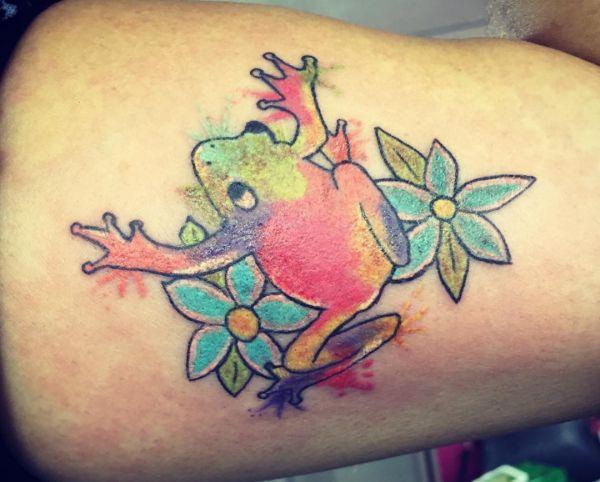 Aquarell Tattoo Frosch Design mit Blumen am Oberschenkel