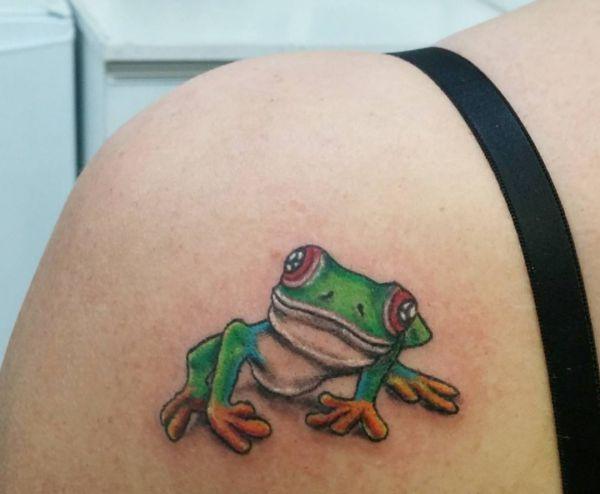 Schöne Frosch Tattoo am Schulterblatt für Frau
