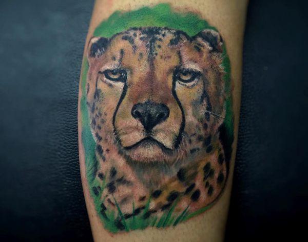 Gepard Realistisch am Unterschenkel