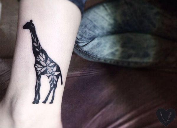 Giraffe Tattoo Design mit Blumen am Unterschenkel