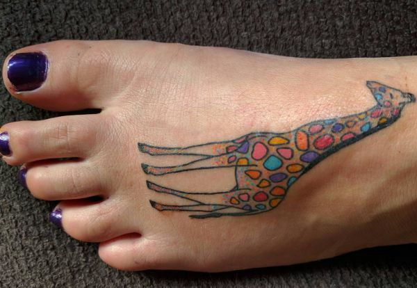Bunte Giraffe Tattoo am fuß für Frauen