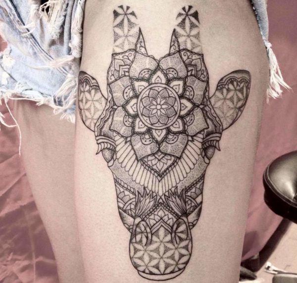 Mandala Giraffenkopf Tattoo Design am Oberschenkel